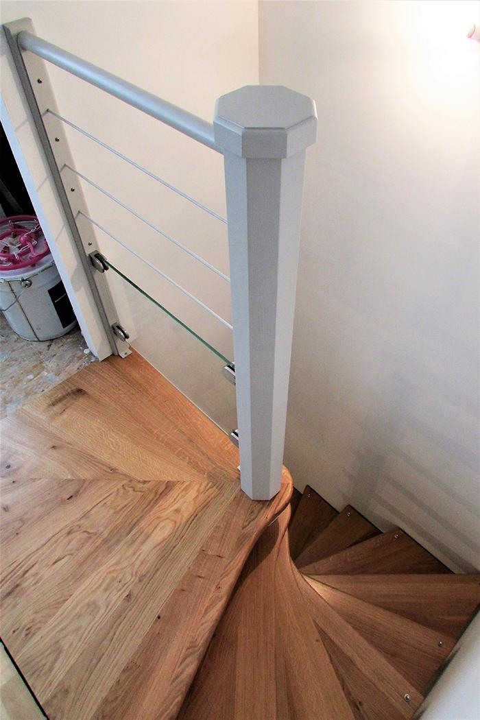 01 escalier helicoidal chene massif vernis axe de l 39 escalier laque gris clair garde corps en. Black Bedroom Furniture Sets. Home Design Ideas