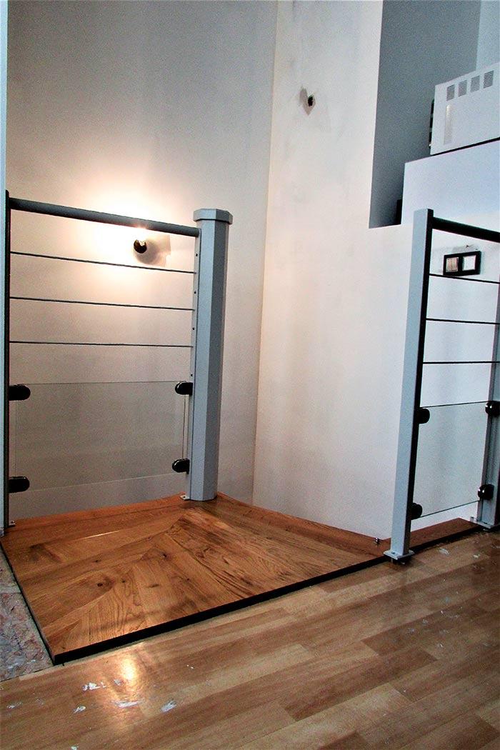 02-Escalier-helicoidal-chene-massif-vernis-axe-de-l'escalier-laque-gris-clair-garde-corps-en-acier-thermolaque-et-en-verre-securit-(1)