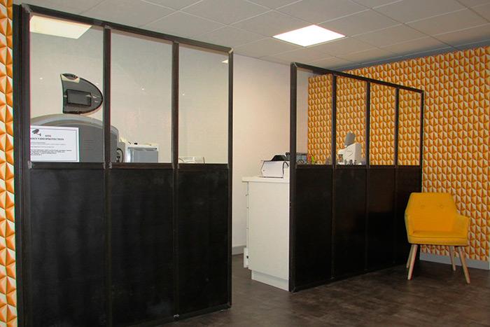 05-Opticien-magasin-verriere-acier-metallique-pour-separation-atelier-magasin-soubassement-en-tole-acier-structure-en-corniere-et-profil-en-T-cadres-parcloses-pour-verres-clair