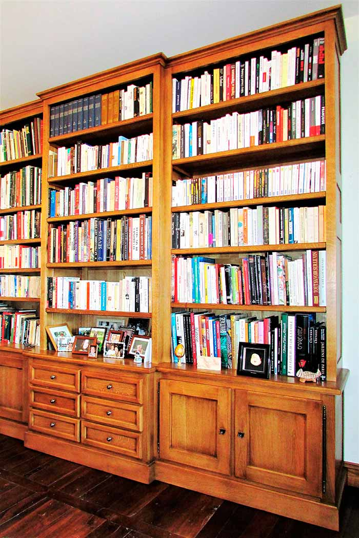 Bibliotheque-en-chene-massif-teinte-patine-et-vernis-3-colonnes-(2)