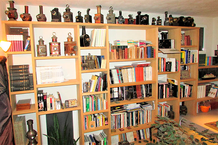 Bibliotheque-murale-en-frene-brut-dans-cage-descalier-(1)