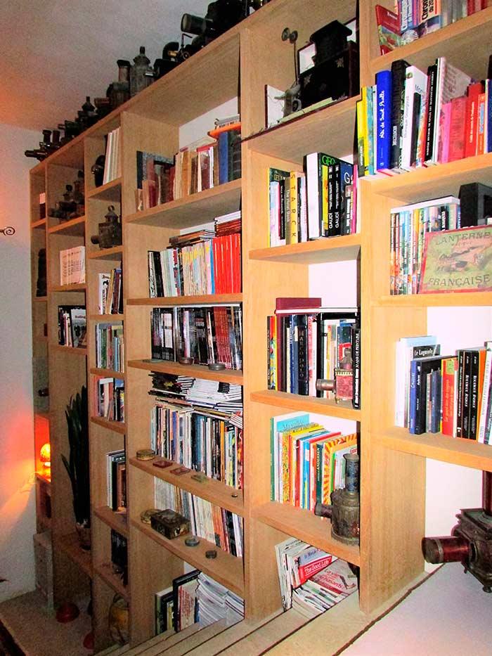 Bibliotheque-murale-en-frene-brut-dans-cage-descalier-(2)