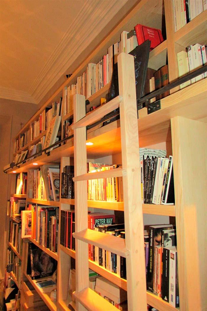 Bibliotheque-murale-en-frene-massif-brut-echelle-deplaácable-et-crochetable-crochet-en-acier-ainsi-que-la-lisse-(2)