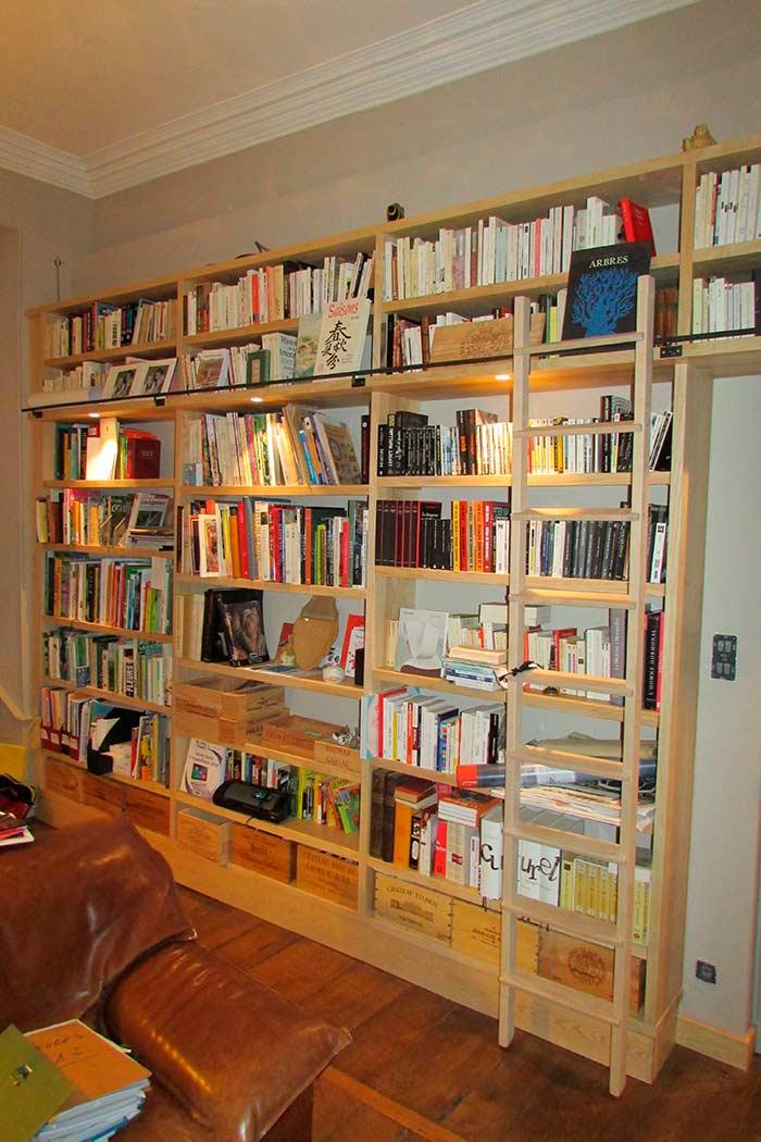 Bibliotheque-murale-en-frene-massif-brut-echelle-deplacable-et-crochetable-crochet-en-acier-ainsi-que-la-lisse-(1)