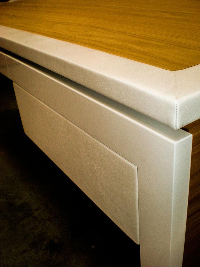 Bureau-plateau-et-tiroirs-en-chataigne-vernis-cadre-du-plateau-et-facades-tiroirs-en-cuir-blanc-mat-structure-pietement-en-metal-thermolaque-blanc-brillant-passe-cable-cuir-(3)