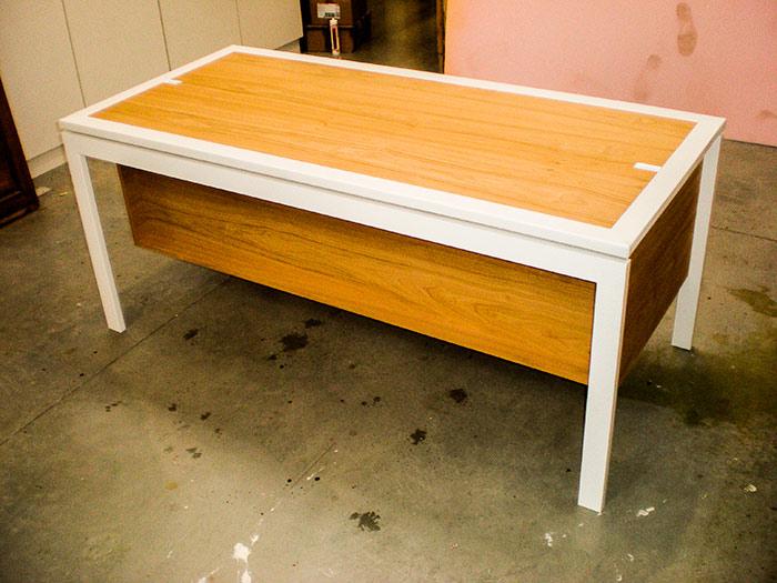 Bureau-plateau-et-tiroirs-en-chataigne-vernis-cadre-du-plateau-et-facades-tiroirs-en-cuir-blanc-mat-structure-pietement-en-metal-thermolaque-blanc-brillant-passe-cable-cuir-(4)