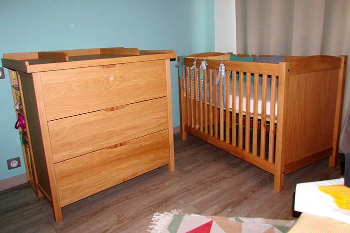 Chambre-en-chene-clair-vernis-naturel-mat-commode-3-tiroirs-poignees-entille-dans-l'epaisseur-des-facades-des-tiroirs-table-a-lange-demontable-rengements-arrieres-(1)