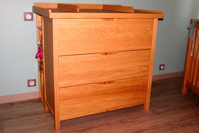 Chambre-en-chene-clair-vernis-naturel-mat-commode-3-tiroirs-poignees-entille-dans-l'epaisseur-des-facades-des-tiroirs-table-a-lange-demontable-rengements-arrieres-(2)