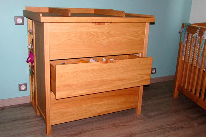 Chambre-en-chene-clair-vernis-naturel-mat-commode-3-tiroirs-poignees-entille-dans-l'epaisseur-des-facades-des-tiroirs-table-a-lange-demontable-rengements-arrieres-(3)