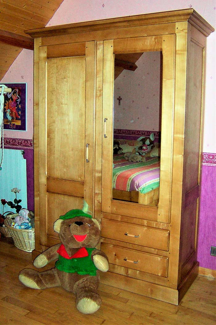 Chambre-en-erable-teinte-patine-et-vernis-armoire-avec-penderie-et-etageres-2-portes-dont-une-miroir-2-tiroirs