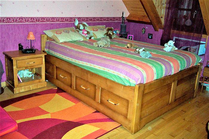 Chambre-en-erable-teinte-patine-et-vernis-lit-avec-6-tiroirs-sous-le-sommier-table-de-nuit-2-chevets-1-tiroir-et-1-etagere-(1)