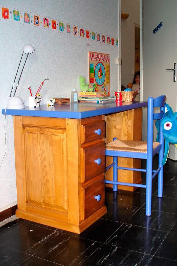 Chambre-enfant-bureau-et-lit-en-chataigne-massif-teinte-et-vernis-plateau-et-pignees-laques-couleur-3-tiroirs-sous-le-lit-(1)
