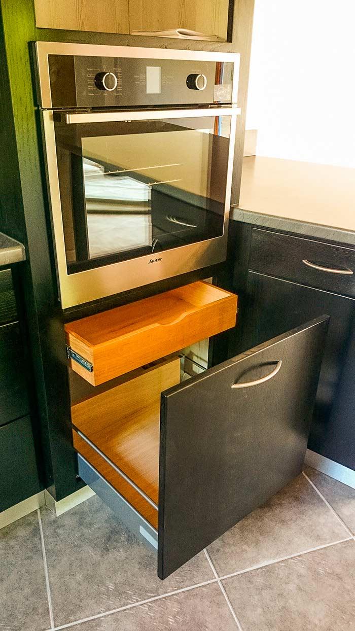 cuisine en frene laque noir plan de travail et credence en stratifie tiroir dans tiroir sous. Black Bedroom Furniture Sets. Home Design Ideas