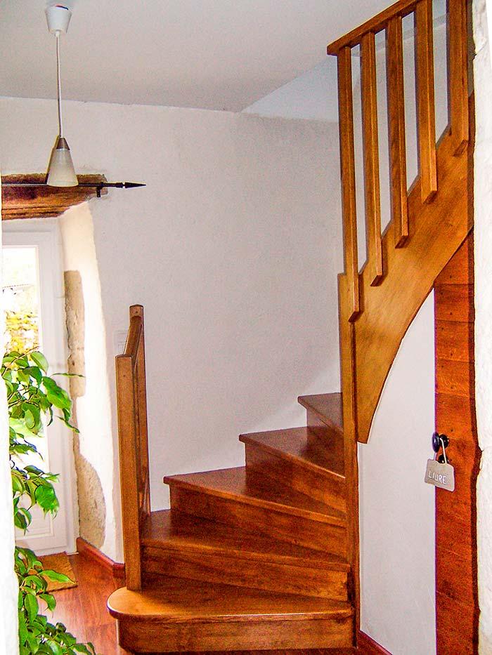 Escalier-chene-massif-contre-marche-sur-cremaillere-pour-epouser-le-mur-droite-en-decendant-claustra-bois-(1)