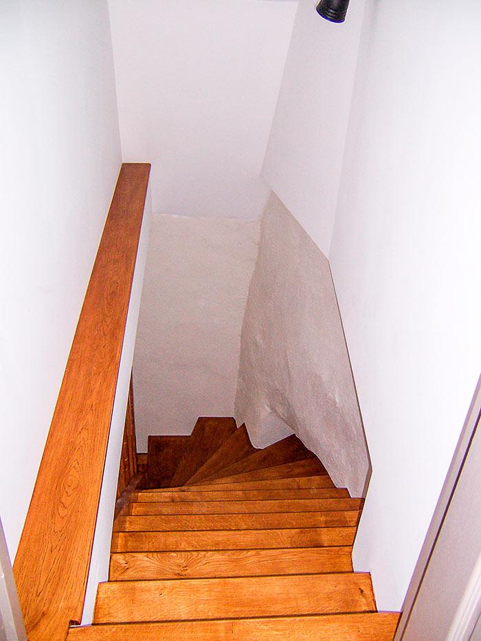 Escalier-chene-massif-contre-marche-sur-cremaillere-pour-epouser-le-mur-droite-en-decendant-claustra-bois-(2)