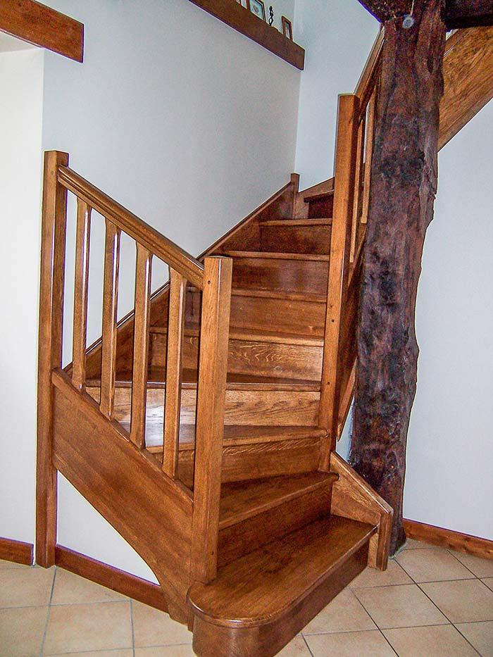 Escalier-chene-massif-deux-quarts-tournant-contre-marche-teinte-et-vitrifie