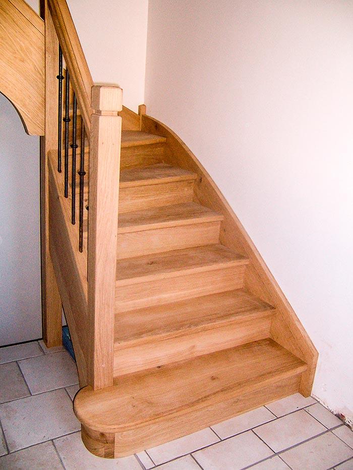 Escalier-chene-massif-un-quart-tournant-contre-marche-balustres-en-barreaux-acier