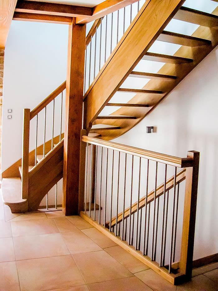Escalier-chene-massif-un-quart-tournant-sans-contre-marche-mains-courantes-en-bois-balustres-en-tube-inox-(1)