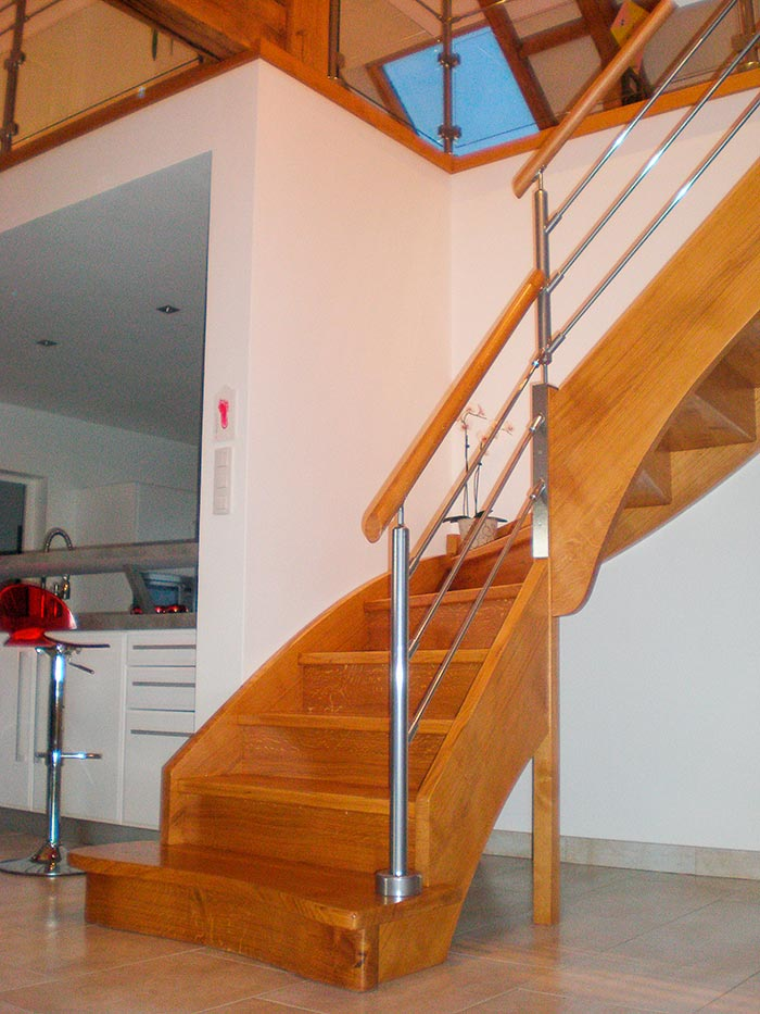 Escalier-chene-massif-vitrifie-un-quart-tournant-contre-marche-mains-courantes-en-bois-rampe-inox-(1)