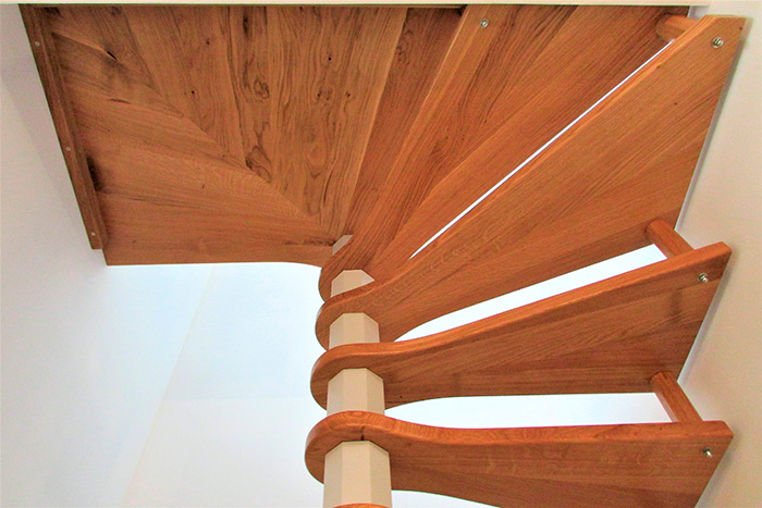 Escalier-helicoidal-chene-massif-vernis-axe-de-l'escalier-laque-gris-clair-(3)