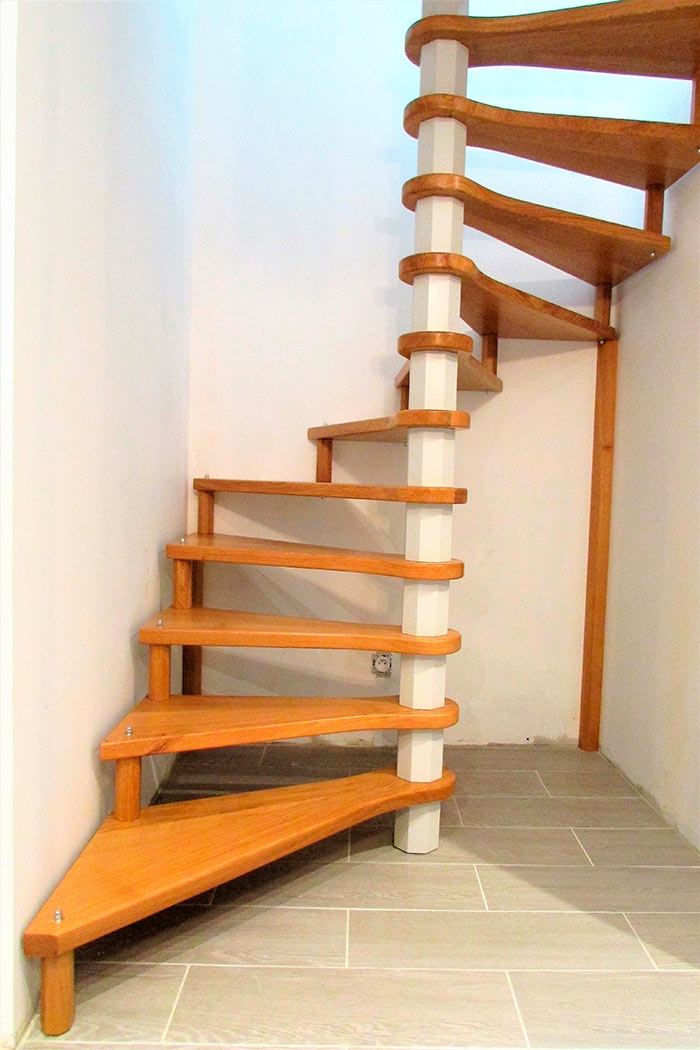 Escalier-helicoidal-chene-massif-vernis-axe-de-l'escalier-laque-gris-clair-(4)