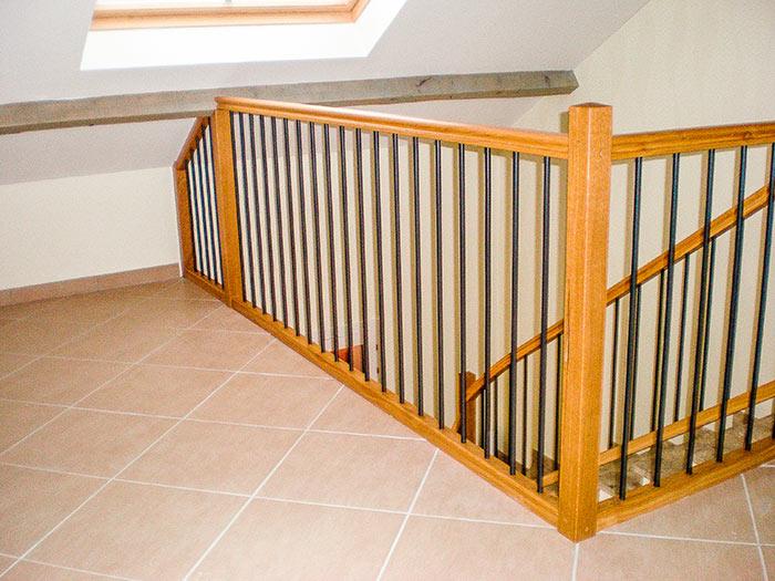Garde-corps-et-rampe-structure-en-chene-massif-vernis-barreaux-verticaux-acier-(2)