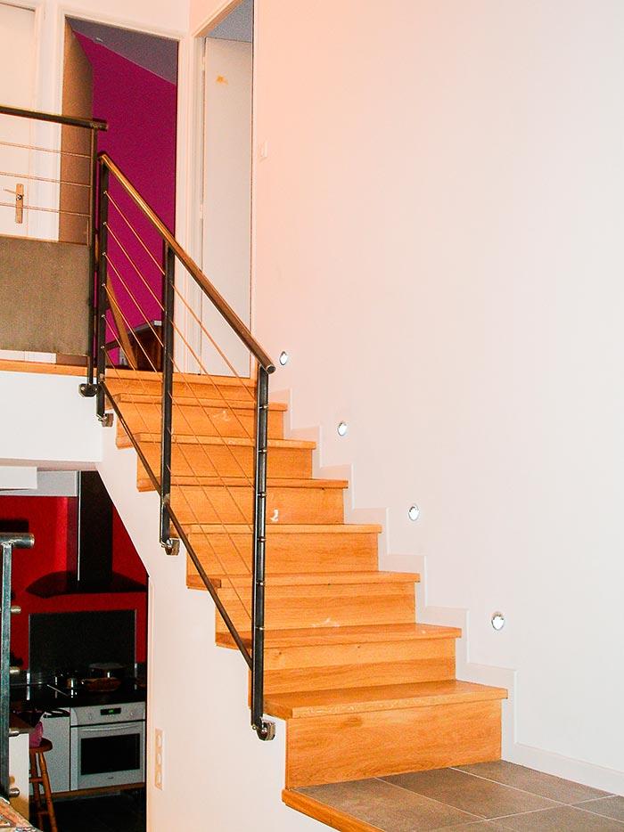 Habillage-escalier-beton-en-chene-marche-et-contre-marche-rampe-acier-cable-inox-et-main-courant-bois