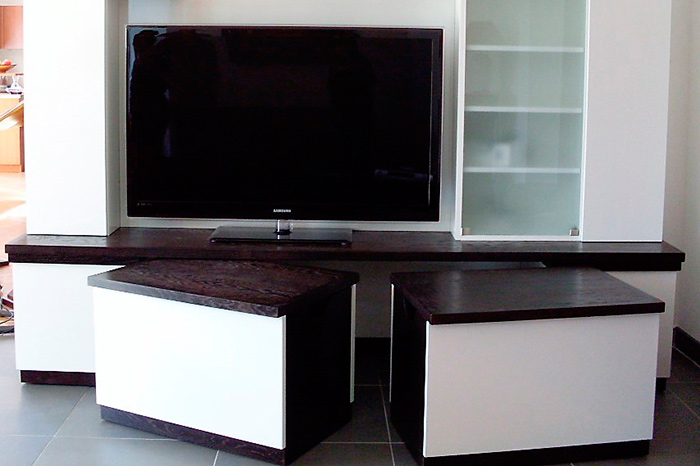 Meuble-TV-en-stratifie-blanc-brillant-porte-vitree-tablette-en-chene-teintee-Wenge-tables-basses-sur-roullettes-integrable-au-meuble-(5)
