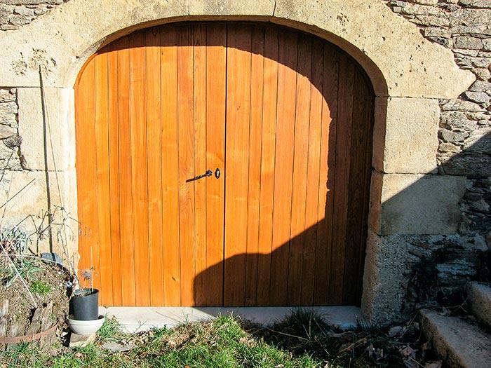 Porte De Grange En Chataigne 2 Vantaux Lames Verticales Irregulieres Cadre Apparent Exterieur L'ensemble Est Lasure2