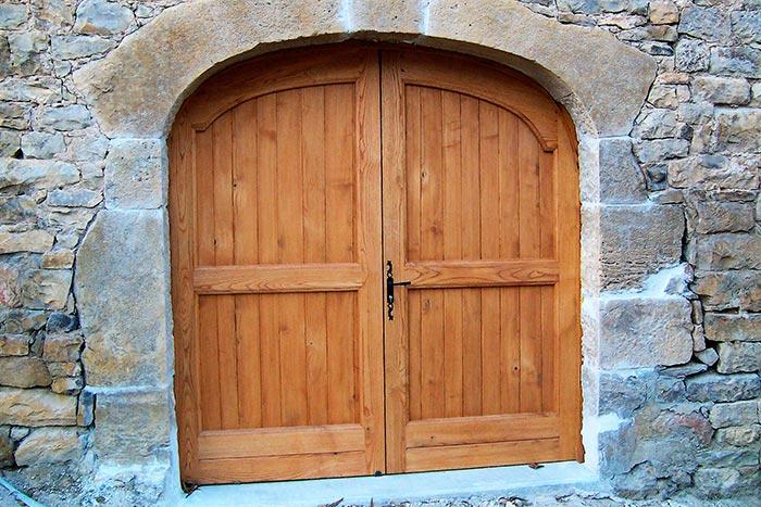 Porte-de-grange-en-chataigne-2-vantaux-lames-verticales-irregulieres-cadre-apparent-exterieur-l'ensemble-est-lasure3