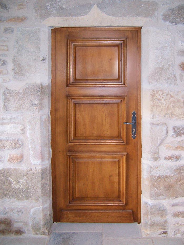 Porte-entree-en-chene-massif-teinte-et-vernis-3-panneaux-egaux-fils-du-bois-vertical