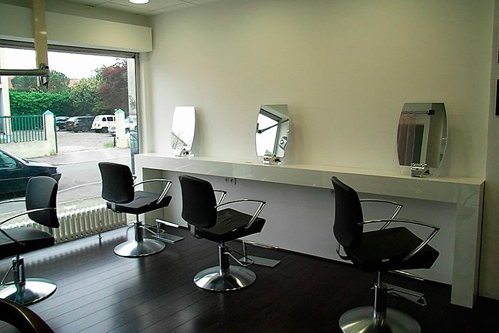 Salon-de-coiffure-en-stratifie-blanc-brillant-cadres-miroirs-laque-noir-brillant