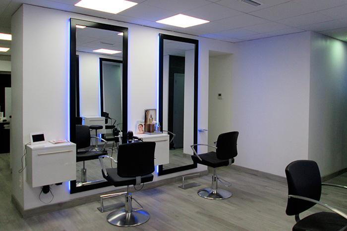 Salon-de-coiffure-en-stratifie-blanc-brillant-caissons-a-tiroirs-suspendu-cadres-miroirs-laque-noir-brillant
