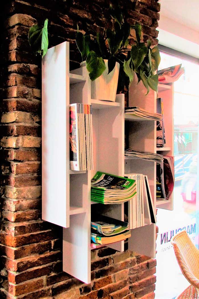 Salon-de-coiffure-industriel-bibliotheque-murale-suspendu-en-stratifie-blanc-mat-etageres-et-caissons-de-differentes-hauteurs-et-dimensions