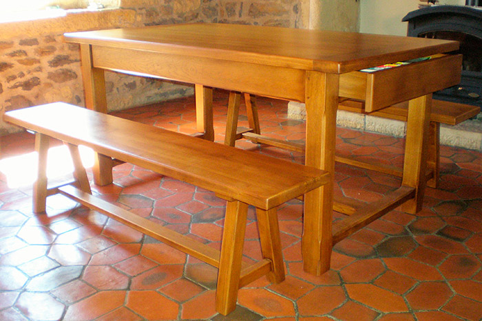 Table-a-manger-en-chene-massif-teinte-et-vernis-tiroir-bancs-(2)