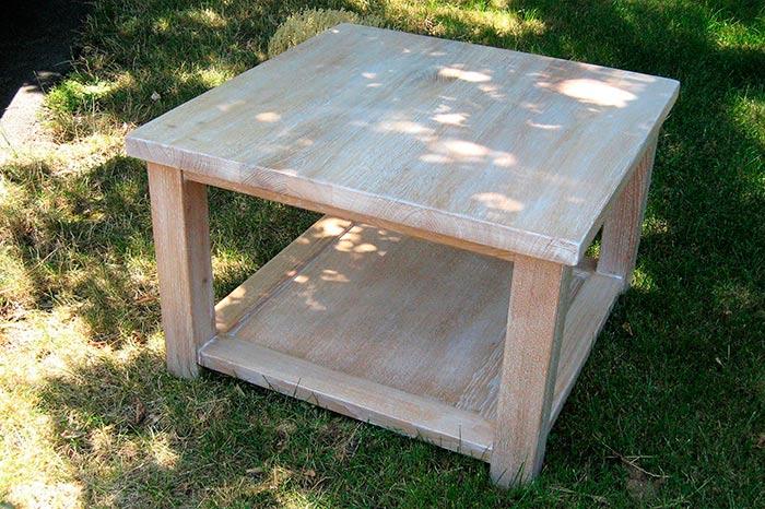 Table-basse-en-chene-massif-blanchie-et-vernis-etagere-sous-le-plateau