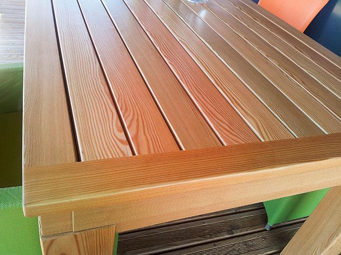 Table-d'exterieur-a-ralonge-integree-structure-metallique-habillee-en-Douglas-vernis-(2)