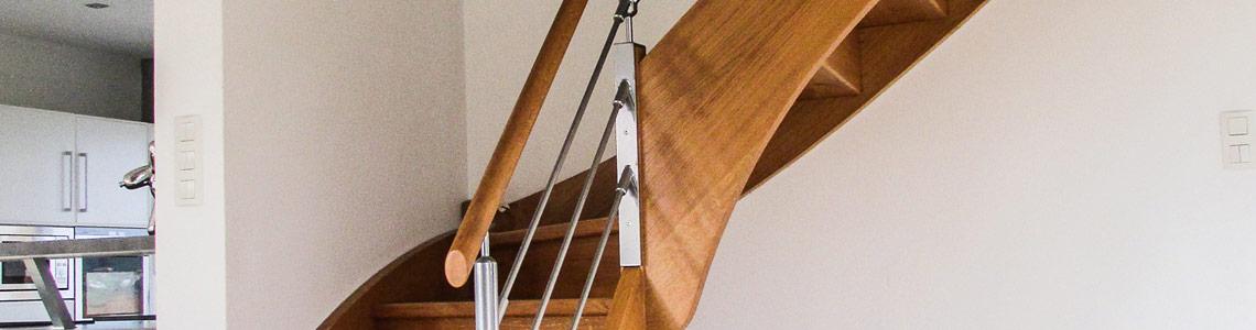 escalier-chene-massif-vitrifie-rampe-inox-menuisier-ebeniste